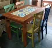Conjunto de Mesa Ladrilhos com 4 cadeiras coloridas